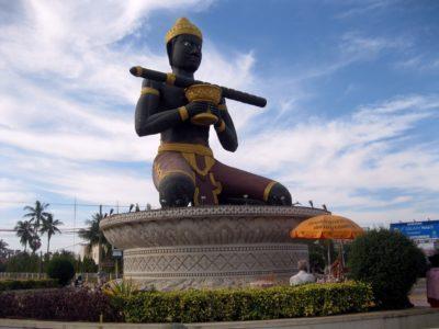 La colossale statua del re Dambang Krenhung, che avrebbe dato il nome alla città