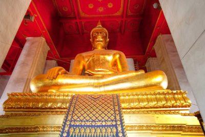 la statua di bronzo del buddha ad Ayutthaya