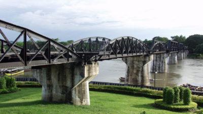 le arcate del ponte sul fiume kwai in thailandia